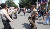 petugas kepolisian saat mengamankan bentrok antara massa mahasiswa dengan warga pada 15 Juli 2019 di perempatan Rajabali Malang (Liputan6.com/Zainul Arifin)