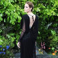Victoria Beckham terlihat cantik meski bergaya kasual dalam balutan nuansa hitam. (BROADIMAGE/REX/SHUTTERSTOCK/HollywoodLife)