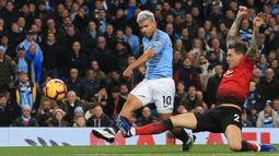 Striker Manchester City, Sergio Aguero, melepaskan tendangan saat melawan Manchester United pada laga Premier League di Stadion Etihad, Manchester, Minggu (11/11). City menang 3-1 atas MU. (AFP/Lindsey Parnaby)