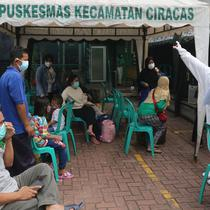 Sejumlah pasien Covid-19 berada di Puskesmas Kecamatan Ciracas, Jakarta, Kamis (10/06/2021). Dinas Kesehatan DKI Jakarta mencatat per Kamis (10/6/2021). Kasus positif di Jakarta bertambah 2.096 orang, sehingga total kasus positif bertambah menjadi 440.554 orang. (Liputan6.com/Herman Zakharia)