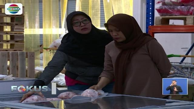 Kebanyakan para ibu rumah tangga menyerbu Jakgrosir di Pasar Induk Kramat Jati, karena di sana dijual bermacam kebutuhan pokok dengan harga sangat jauh lebih murah dari harga di pasaran.