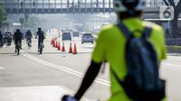 Warga berolahraga menggunakan sepeda di sepanjang Jalan Sudirman, Jakarta, Minggu (26/7/2020). Pemprov DKI Jakarta akan memperluas jalur sepeda sementara yang disiapkan sepanjang Jalan Medan Merdeka Barat hingga Jalan Sudirman dengan memakai 2-3 lajur di sebelah kiri. (Liputan6.com/Faizal Fanani)