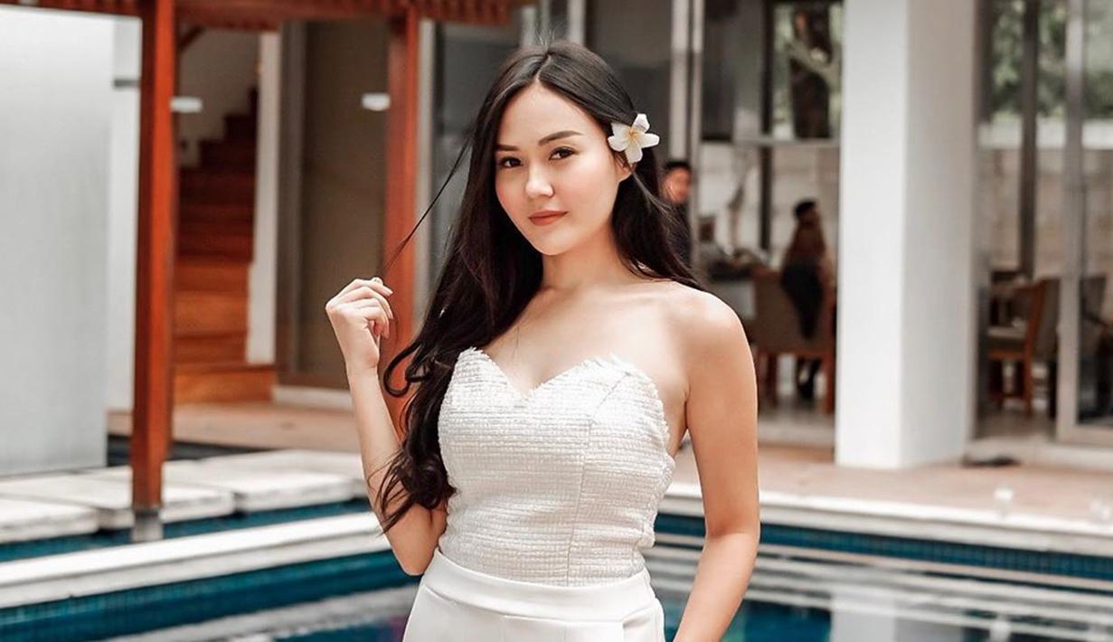 Pemilik nama lengkap Sarah Alana Gibson ini baru-baru ini melakukan kunjungan ke Yogyakarta. Bersama sejumlah sahabat, ia nampak mengunjungi beberapa tempat wisata ikonik di Kota Gudeg ini. (Liputan6.com/IG/sarahgibson21)