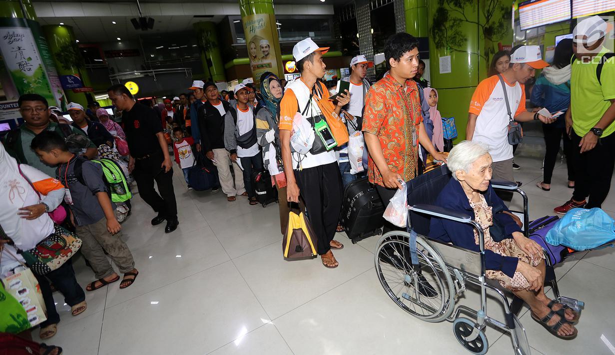 Pemudik antre masuk ke dalam Stasiun Gambir, Jakarta, Selasa (12/9). Sebanyak 1.000 pemudik diberangkatkan menggunakan kereta api executive secara cuma-cuma. (Liputan6.com/Fery Pradolo)