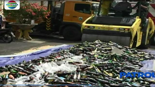 Puluhan ribu botol minuman keras, serta ribuan pil narkoba yang disita selama operasi dua bulan terakhir, dimusnahkan Polres Jakarta Barat.