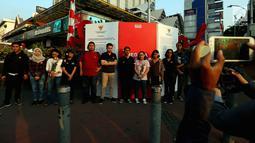 Aktivis Kontras berfoto bersama saat aksi di kawasan MH. Thamrin, Jakarta, Rabu (30/08). Aksi tersebut untuk mensosialisasikan jawaban dari negara terkait hasil penyelidikan penghilangan orang secara paksa periode 1997-1998. (Liputan6.com/Johan Tallo)
