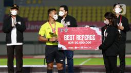 Wasit Agus Fauzan Arifin mendapat penghargaan sebagai wasit terbaik Piala Menpora 2021 di Stadion Manahan, Solo, Minggu (25/4/2021). (Bola.com/M Iqbal Ichsan)