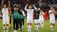 Striker Portugal, Cristiano Ronaldo, menyapa suporter seusai mengalahkan Serbia pada laga Kualifikasi Piala Eropa 2020 di Belgrade, Sabtu (7/9). Serbia kalah 2-4 dari Portugal. (AFP/Pedja Milosavljevic)