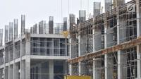 Pekerja menyelesaikan proyek pembangunan Apartemen Meikarta di Cikarang, Bekasi, Jawa Barat, Kamis (18/10). Bupati Bekasi Neneng Hasanah Yasin dan sejumlah pihak diduga menerima hadiah Rp 13 M terkait proyek Meikarta. (Merdeka.com/Iqbal Nugroho)