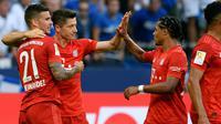 Para pemain Bayern Munchen merayakan gol yang dicetak Robert Lewandowski ke gawang Schalke pada laga Bundesliga di Veltins-Arena, Gelsenkirchen, Sabtu (24/8). Schalke kalah 0-3 dari Munchen. (AFP/Uwe Kraft)