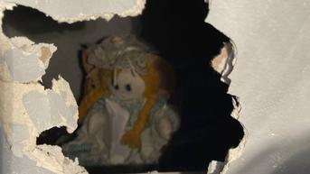 Beli Rumah Baru, Pria Ini Malah Temukan Surat dan Boneka Mengerikan di Balik Dinding
