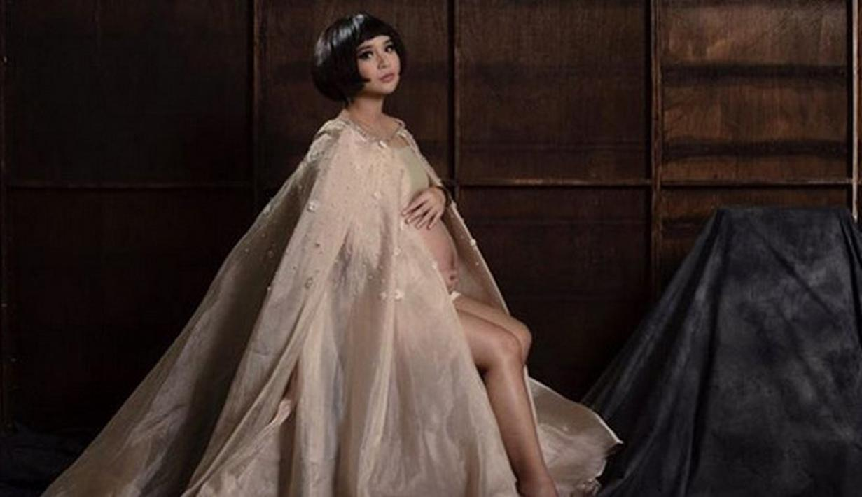 Pasangan selebriti Putri Titian dan Junior Liem tengah menanti kelahiran anak pertamanya. Jelang kelahiran, Putri Titian curhat galau. Kini, usia kandungannya telah menginjak usia 37 minggu. (Instagram/putrititian)