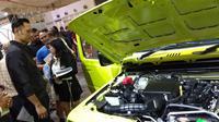 AHY antusias memperhatikan sosok all new Suzuki Jimny. (Septian/Liputan6.com)