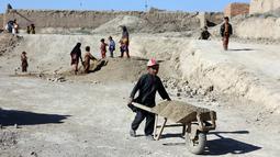 Anak-anak bekerja di sebuah pabrik batu bata di pinggiran Kabul, Afghanistan, Rabu (12/6/2019). Ribuan anak Afghanistan bekerja mencari uang untuk menghidupi keluarga mereka. (AP Photo/Rahmat Gul)
