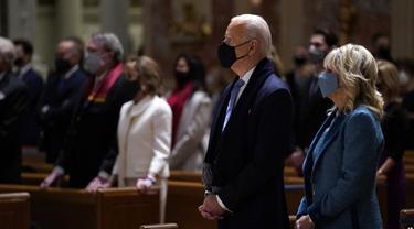 Presiden AS Joe Biden dan ibu negara Jill Biden menghadiri misa di Washington DC. (AP Photo/Evan Vucci)