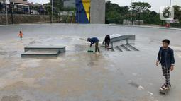 Warga bermain skateboard di area Alun-alun Kota Depok, Jawa Barat, Senin (24/2/2020). Meskipun memasuki musim hujan, namun Alun-alun Kota Depok masih menjadi pilihan bagi sebagian warga untuk berolahraga dan berekreasi. (Liputan6.com/Immanuel Antonius)