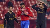 Pemain Barcelona Antoine Griezmann (kanan) bereaksi di samping Lionel Messi (kiri) saat melawan Granada pada pertandingan perempat final Copa del Rey di Stadion Los Carmenes, Granada, Spanyol, Rabu (3/2/2021). Barcelona mengalahkan Granada 5-3 dan mendapatkan tiket semifinal Copa del Ray. (AP Photo)