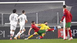 Pemain Portugal, Domingos Duarte, berusaha mencetak gol ke gawang Azerbaijan pada laga kualifikasi Piala Dunia 2022 di Stadion Juventus, Turin, Kamis (25/3/2021). Portugal menang dengan skor 1-0. (Fabio Ferrari/LaPresse via AP)