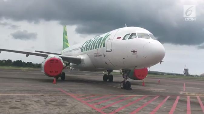 Salah satu pesawat milik maskapai Citilink terparkir di areal Bandara Internasional Ngurah Rai, Bali, Selasa (28/11). Penutupan Bandara Ngurah Rai diperpanjang 24 jam sampai Rabu (29/11) karena dampak letusan Gunung Agung. (Liputan6.com/Dewi Divianta)#source%3Dgooglier%2Ecom#https%3A%2F%2Fgooglier%2Ecom%2Fpage%2F%2F10000