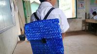 Bocah SD asal Kamboja yang pakai tas sekolah buatan ayahnya. (dok. Facebook @Sophous Suon)