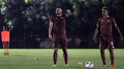 Pemain Persija Jakarta, Marko Simic, bersama Bruno Matos saat latihan di Lapangan Sutasoma Halim, Jakarta, Jumat (10/5). Latihan ini merupakan persiapan jelang laga Liga 1 Indonesia 2019. (Bola.com/Yoppy Renato)