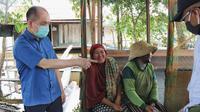 Gaya Ben Brahim S Bahat saat bertemu warga di Desa Telaga, pinggir Sungai Katingan. (Istimewa)