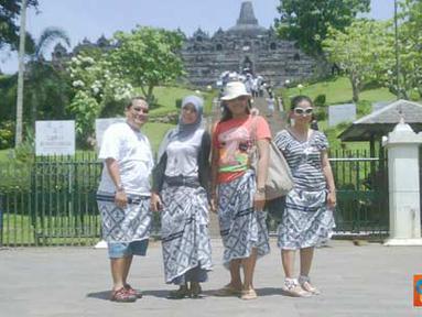 Citizen6, Magelang: Pengunjung Candi Borobudur diwajibkan memakai Batik, untuk membatasi gerak para pengunjung agar tidak memanjat di area candi yang sedang dalam proses renovasi. (Pengirim: Widya Asrul)