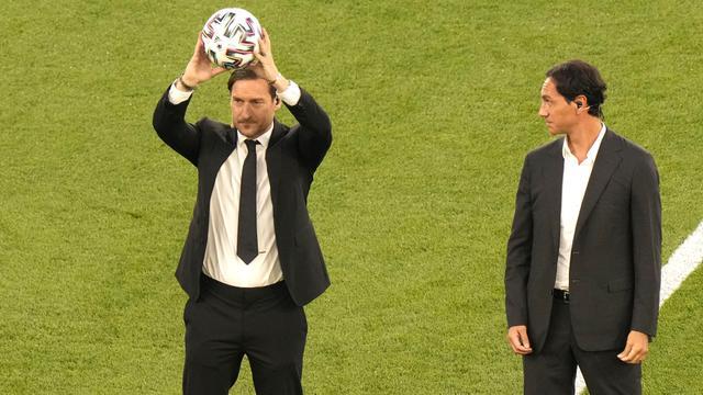 Hadir juga mantan pemain Timnas Italia, Francesco Totti dan Alessandro Nesta dalam ajang empat tahunan tersebut. (Foto: AP/Pool/Andrew Medichini)