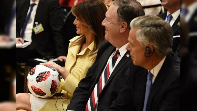 Melania Trump memangku bola Piala Dunia yang sebelumnya dilempar oleh Presiden AS Donald Trump. Bola tersebut merupakan pemberian Presiden Rusia Vladimir Putin kepada sang presiden AS (AFP PHOTO)