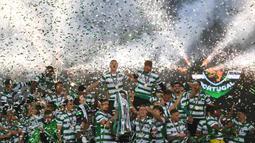 Sporting juga menghentikan dominasi gelar juara yang selalu jadi milik Porto atau Benfica selama 19 tahun terakhir. (Foto: AFP/Patricia De Melo Moreira)
