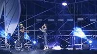 Eva Celia saat berduet dengan Kaka di konser HUT ke-35 Slank Indonesia Now di GBK, Minggu (23/12). (Bambang Eros/Fimela)