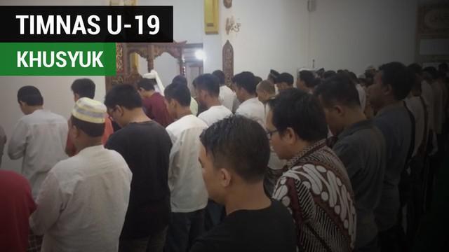 Berita video momen khusyuk para pemain dan ofisial Timnas Indonesia U-19 ketika menjalani kewajiban Salat Jumat di Yangon, Myanmar, Jumat (8/9/2017).