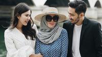 Kebahagiaan Syahnaz Sadiqah dan Jeje Govinda belum usai. Pasangan pengantin baru ini langsung bertandang ke Amerika Serikat untuk berbulan madu. Namun ada yang unik, yakni Mama Amy ikut serta bersamanya. (Instagram/syahnazs)