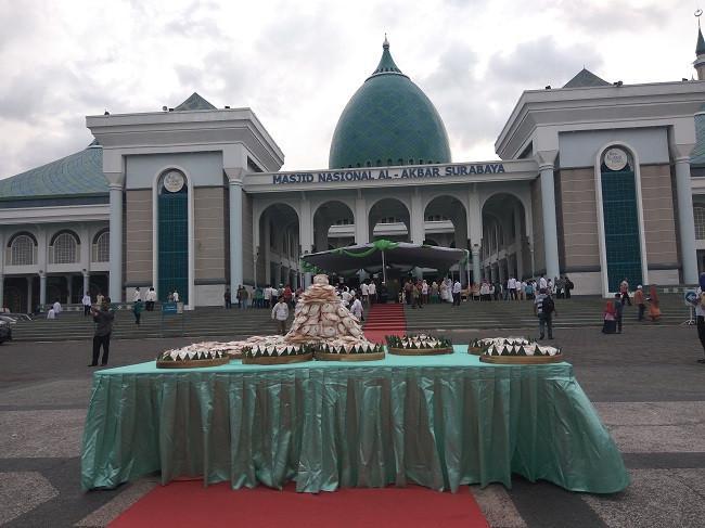 Ada gunungan kue Apem di Festival Ramadan Masjid Agung Surabaya sebagai sebuah tradisi yang dinamakan Megengan.