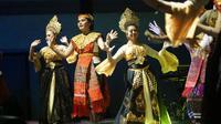 Para penari perempuan membawakan tari tor-tor dan jaipong di acara Cimahi Margondang, Sabtu (23/11/2019) malam. (Liputan6.com/Huyogo Simbolon)