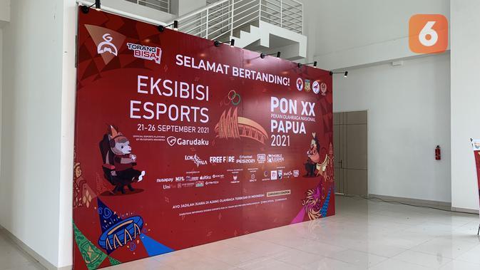 Banner raksasa sambut player dan official yang hadir di venue esports PON XX Papua 2021 di Indoor Hockey Doyo Baru. (Liputan6.com/ Yuslianson)