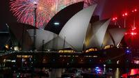 Kemeriahan pesta kembang api di atas Sydney Opera House, Sydney, Australia (31/12). Pesta kembang api menjelang tahun baru di kota Sydney adalah salah satu yang terbesar dan termegah di dunia. (Reuters/Jason Reed)