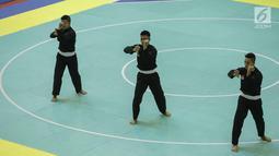 Pesilat Indonesia tampil dalam final nomor Seni Beregu Putra saat final 18th Asian Games Invitation Tournament di Padepokan Silat TMII, Jakarta, Rabu (14/2). Indonesia berhasil meraih medali emas dengan total nilai 466. (Liputan6.com/Faizal Fanani)