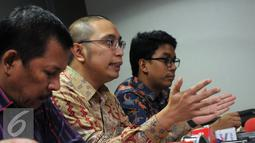Direktur Hukum PSSI, Aristo Pangaribuan (kedua kanan) memberikan keterangan di kantor PSSI, Jakarta, Selasa (8/3/2016). Aristo berharap pihak Kemenpora mau menghormati putusan Mahkamah Agung terkait SK Pembekuan PSSI. (Liputan6.com/Helmi Fithriansyah)