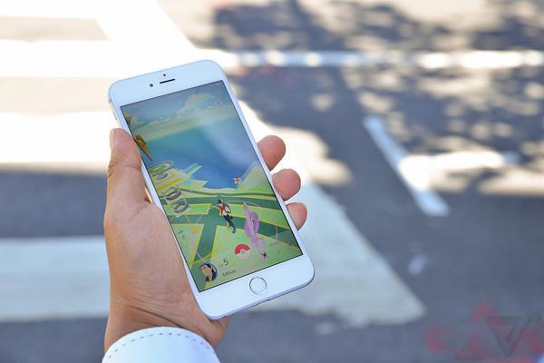 Pokemon Go membuat pemainnya banyak melakukan gerakan fisik   Foto: copyright theverge.com