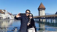 Reino Barack dan Syahrini liburan di Swiss. (dok. Instagram @princessyahrini/https://www.instagram.com/p/BvY8OcAF-My/Asnida Riani)