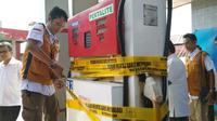 Petugas Metrologi Dirjen Perlindungan Konsumen dan Tertib Niaga Kemendag tengah menyegel satu mesin pompa bbm di SPBU Kelurahan Bojongsari Kabupaten Indramayu. Foto (Liputan6.com / Panji Prayitno)