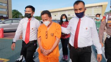 Personel Direktorat Reserse Kriminal Khusus Polda Riau mengiring Kepala Dinas Kesehatan Kepulauan Meranti.