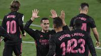 Pemain Real Madrid, Casemiro dan Lucas Vazquez, merayakan gol ke gawang Real Valladolid pada laga Liga Spanyol di Stadion Jose Zorrila, Minggu (21/2/2021). Real Madrid menang dengan skor 1-0. (AP/Alvaro Barrientos)