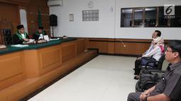Istri Donny Kesuma, Yuni Indriyati, menjalani sidang lanjutan perceraian di Pengadilan Agama Bekasi, Senin (10/7). Sidang yang beragendakan laporan hasil mediasi harus ditunda karena ketidakhadiran Donny Kesuma. (Liputan6.com/Herman Zakharia)