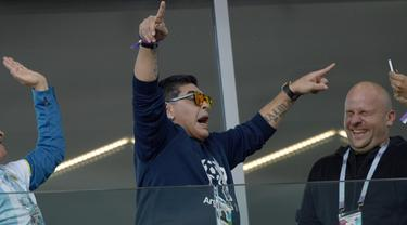 Legenda sepakbola Argentina, Diego Maradona merayakan gol Sergio Aguero saat melawan Islandia pada laga grup D Piala Dunia 2018 di Spartak Stadium, Moskow (16/6/2018). Argentina hanya bermain imbang 1-1. (AFP/Juan Mabromata)