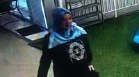 Penampakan wanita paruh baya diduga pelaku hipnotis terhadap istri mendiang jurnalis Metro TV terekam kamera CCTV. (Istimewa)