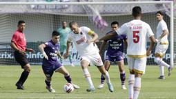 Kapten PSM Makassar, Wiljan Pluim, saat melawan Persita Tangerang pada laga Shopee Liga 1 di Stadion Sport Center Tangerang, Jumat, (6/3/2020). Kedua tim bermain imbang 1-1. (Bola.com/M Iqbal Ichsan)