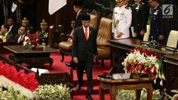 Presiden Jokowi menuju podium untuk berpidato dalam Sidang Tahunan MPR-RI Tahun 2017 di Gedung Parlemen, Jakarta (16/8). Dalam pidatonya, Jokowi menyampaikan terima kasih atas partisipasi masyarakat terkait suksesnya tax amnesty.(Liputan6.com/Johan Tallo)