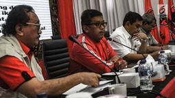 Sekjen PDIP Hasto Kristiyanto (dua kiri) membuka workshop peta rawan bencana Indonesia di Kantor DPP PDIP, Jakarta, Kamis (13/12). Hasto menyebut Ketum DPP PDIP Megawati menginginkan ada peringatan dini atau early warning. (Liputan6.com/Faizal Fanani)